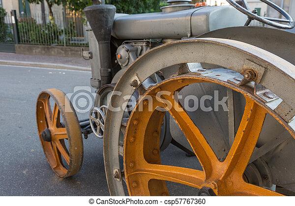 Destacamento de tractor agrícola vintage con rueda metálica amarilla - csp57767360