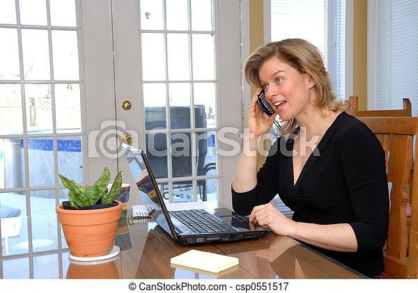 Blonde Frau am Telefon - csp0551517
