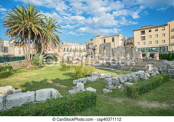 Ruins of the ancient greek doric temple of Apollo in Siracusa - csp40371112