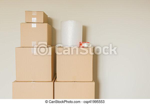 rum, ombyte, rutor, gripande, tom, packat - csp41995553