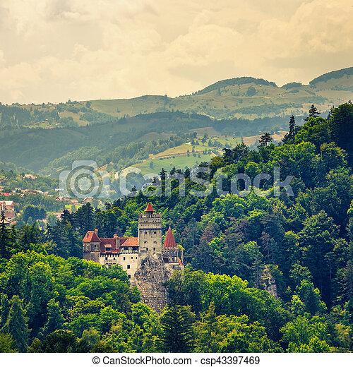 Bran Castle también conocido por el mito de Drácula, Rumania - csp43397469