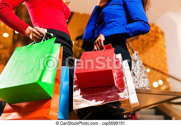 säcke, einkaufszentrum, friends, shoppen, zwei - csp5699101