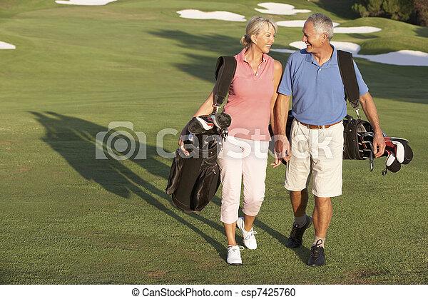 säcke, gehen, golfen, paar, kurs, tragen, entlang, älter - csp7425760
