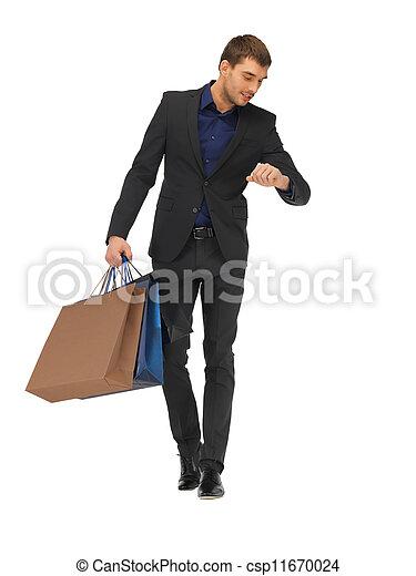 Schöner Mann im Anzug mit Einkaufstüten - csp11670024