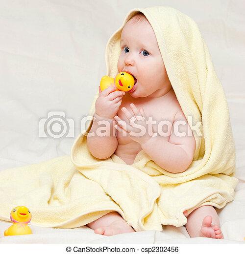 Infant in Handtuch - csp2302456