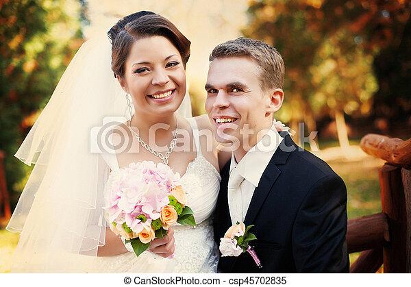 séance, couple, garez banc, automne, portrait mariage, heureux - csp45702835