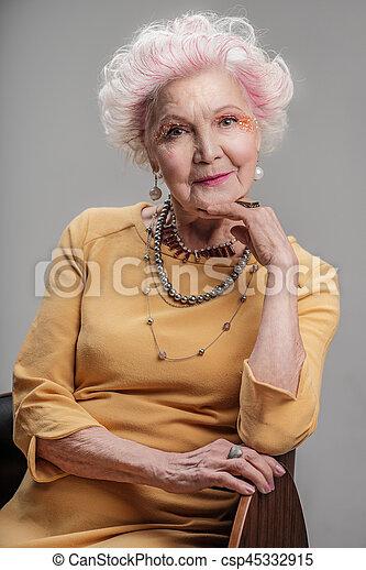 s ance maquillage clair personne agee dame chaise gris sur femme appareil photo. Black Bedroom Furniture Sets. Home Design Ideas