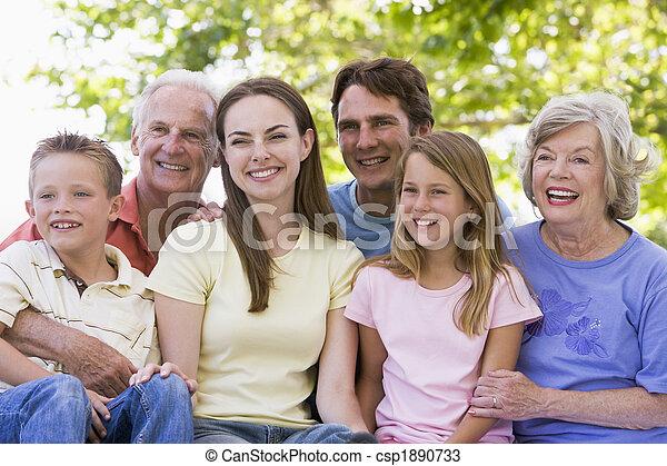séance, sourire, étendu famille, dehors - csp1890733