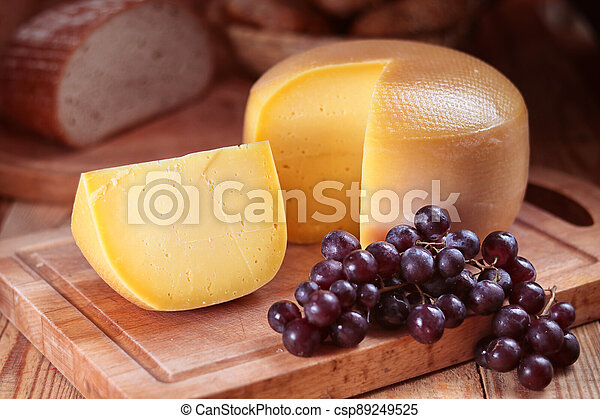 sýr, rozvlněný, zbabělý, zrnko vína, krutý, deska, bochník - csp89249525