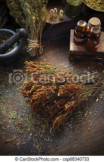 El mundo de San Juan. Hierbas secas en medicina y cocina. - csp68340733
