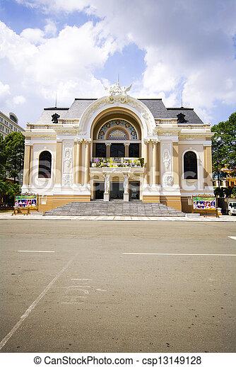 La ópera de Vietnam de Saigón con espacio en la calle - csp13149128