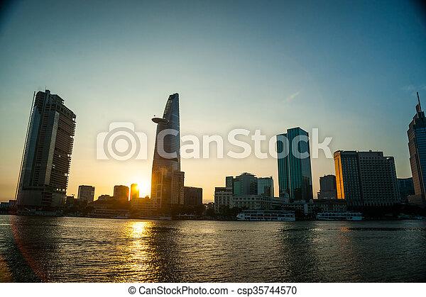 Panorama de ho chi minh vista sobre el río Saigón - csp35744570