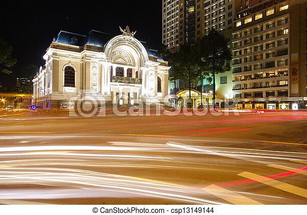 El teatro de la ópera de Vietnam de Saigón con corrientes de tráfico - csp13149144