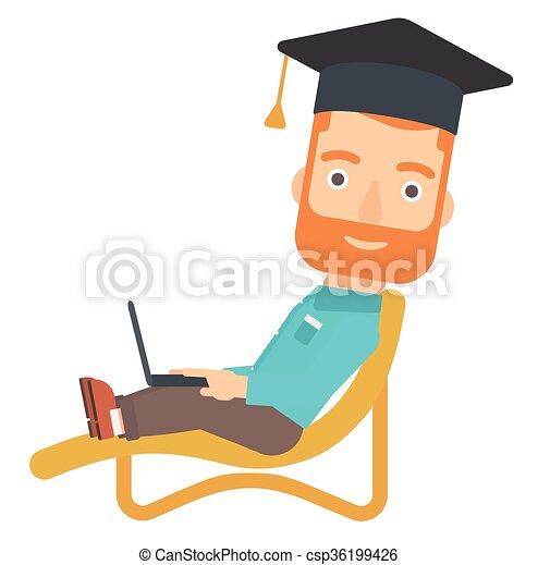 Graduado acostado en la sala de reposo con portátil. - csp36199426