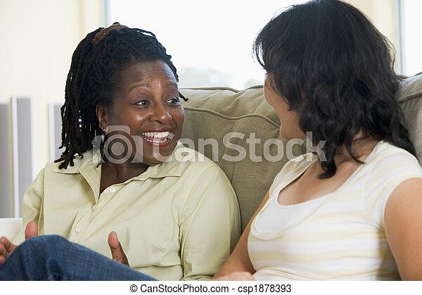sala, dos, hablar, sonriente, mujeres - csp1878393