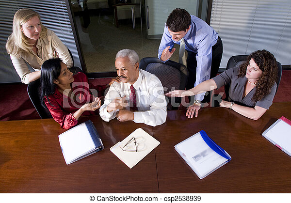 Los empresarios multiétnicos se reúnen en la sala de juntas - csp2538939