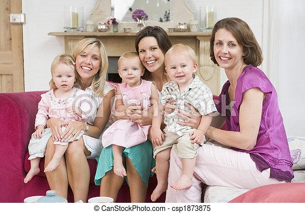 Tres madres en la sala de estar con bebés sonriendo - csp1873875