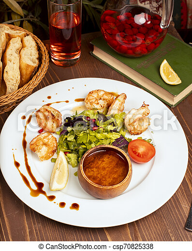 salade, citron, crevettes, tomates, sauce, vert, grillé, plaque., blanc, trempette - csp70825338