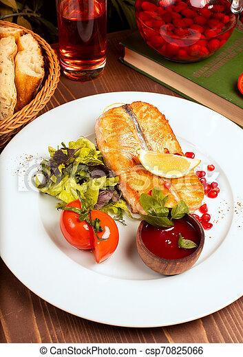 salade, citron, tomates, sauce, fish, saumon, filet, vert, grillé, plaque., blanc, trempette, rouges - csp70825066