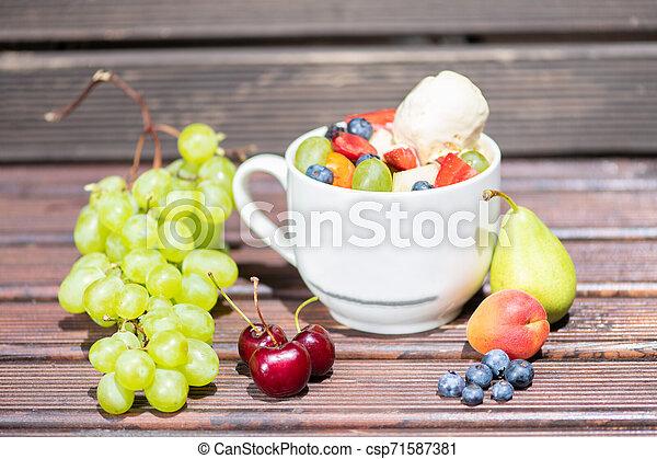 salade, sain, bol, glace, arrière-plan., fruit, frais, bois, crème - csp71587381