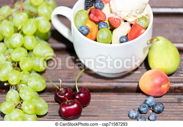 salade, sain, bol, glace, arrière-plan., fruit, frais, bois, crème - csp71587293