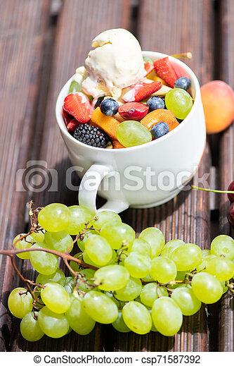 salade, sain, bol, glace, arrière-plan., fruit, frais, bois, crème - csp71587392