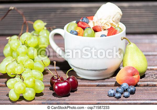 salade, sain, bol, glace, arrière-plan., fruit, frais, bois, crème - csp71587233