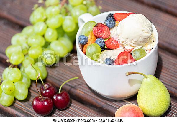 salade, sain, bol, glace, arrière-plan., fruit, frais, bois, crème - csp71587330