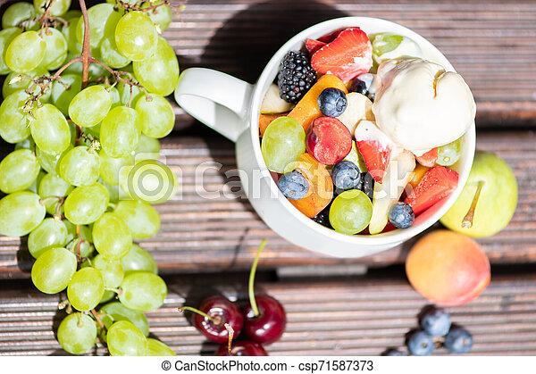 salade, sain, sommet, bol, glace, arrière-plan., fruit, frais, bois, vue., crème - csp71587373