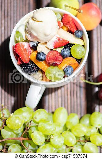 salade, sain, sommet, bol, glace, arrière-plan., fruit, frais, bois, vue., crème - csp71587374