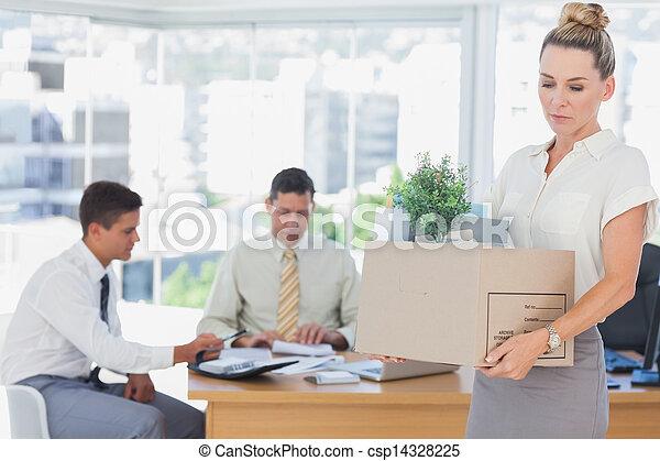 La mujer de negocios deja la oficina después de ser despedida - csp14328225