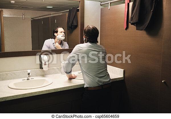 salle bains, bureau affaires, après, matin, tôt, échanger, rasage, homme - csp65604659