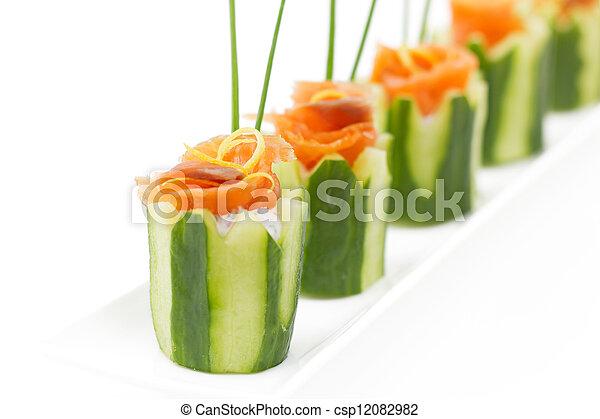 salmão, pepino, aperitivo - csp12082982