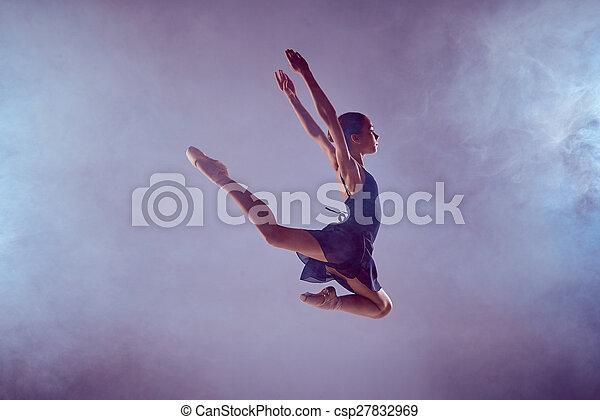 Hermosa bailarina de ballet saltando sobre un fondo lila. - csp27832969