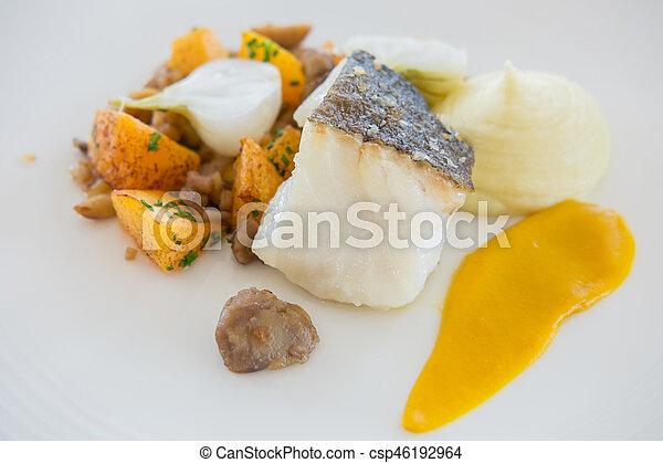 salteado, eneldo, plato., polenta, cohete, mayo, pastel, courgette, bajo de mar, marisco