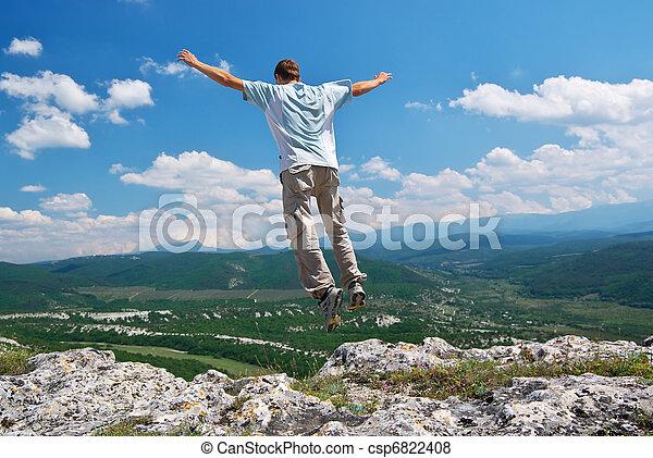 El hombre salta de la montaña - csp6822408