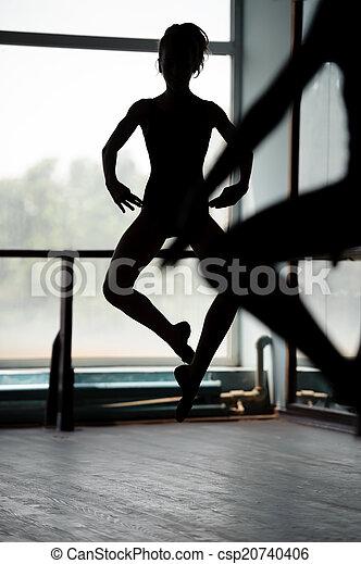 Dos bailarines haciendo saltos - csp20740406