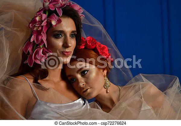 Retrato de las dos hermosas damas con flores silvestres. Elegancia. Lucha de fantasía - csp72276624
