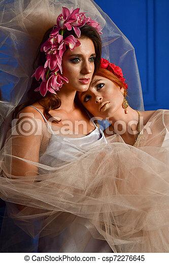 Retrato de las dos hermosas damas con flores silvestres. Elegancia. Lucha de fantasía - csp72276645