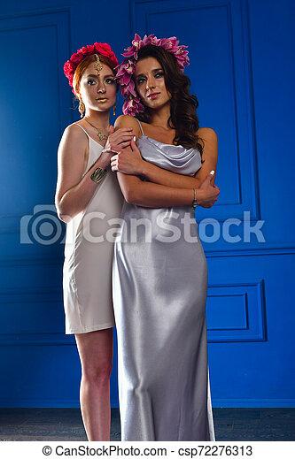 Retrato de las dos hermosas damas con flores silvestres. Elegancia. Lucha de fantasía - csp72276313