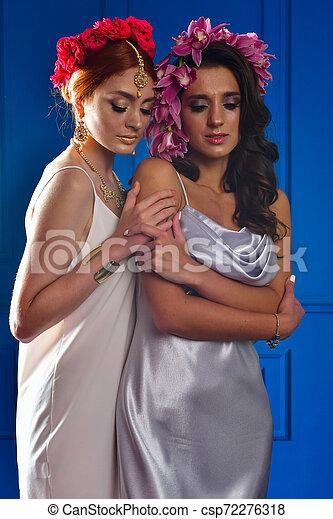 Retrato de las dos hermosas damas con flores silvestres. Elegancia. Lucha de fantasía - csp72276318
