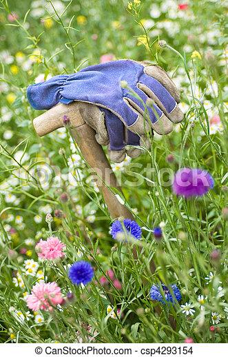 Un guante de trabajo en Wild Meadow - csp4293154