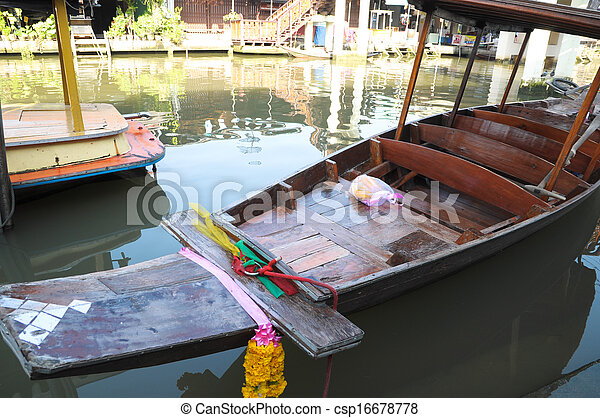 SAMUT SONGKHRAM, THAILAND - November 3: Ampahwa floating market on November 3, 2013 in Samut Songkhram, Thailand. Amphawa is one of the most famous floating markets in the world. - csp16678778