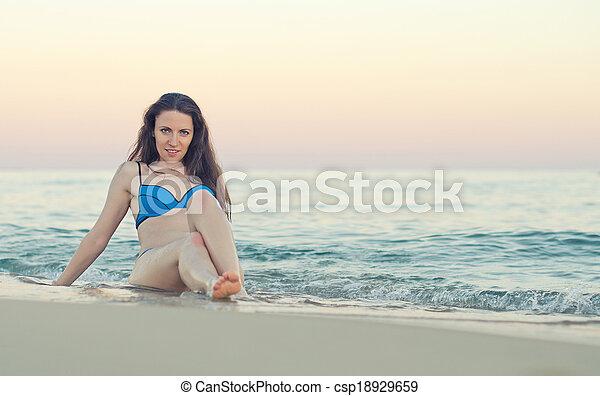 sand., mulher, praia, sentando - csp18929659