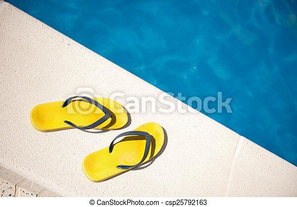 Sandalias junto a la piscina - csp25792163