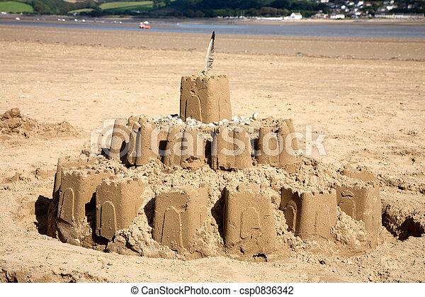 Un gran castillo de arena en la playa. - csp0836342