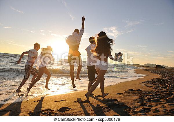 sandstrand, rennender , personengruppe - csp5008179
