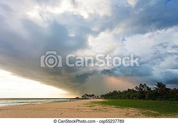 sandstrand, wolkenhimmel, eindrucksvoll, licht, sri, -, ahungalla, lanka, sonnenuntergang, während, sandstrand - csp55237789