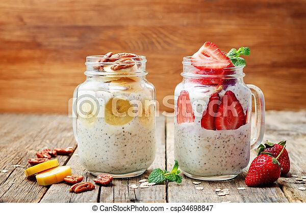 Semillas de chia saludables, semillas de plátano y nueces de fresa en frascos - csp34698847