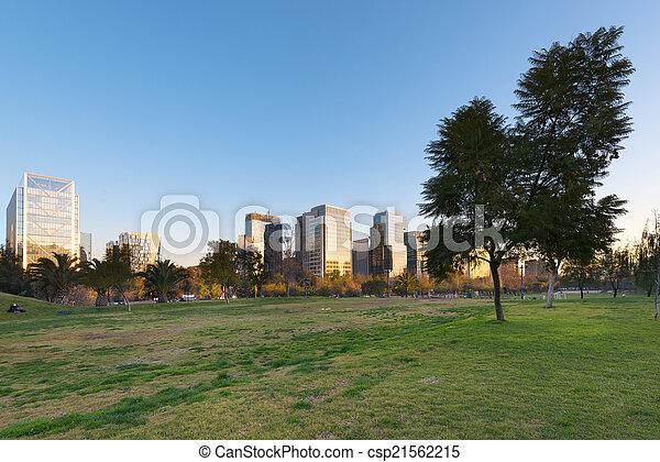Parque araucano y horizonte de edificios de oficinas en Nueva Las condescendiente centro comercial, las condes, Santiago de Chile - csp21562215